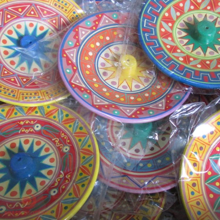https://cdn.brasilesoterico.com/imagens_produtos/gd_3637-0-200630140655000000-incensario-peruano-com-bichinhos-10cm-cores-sortidas.jpg